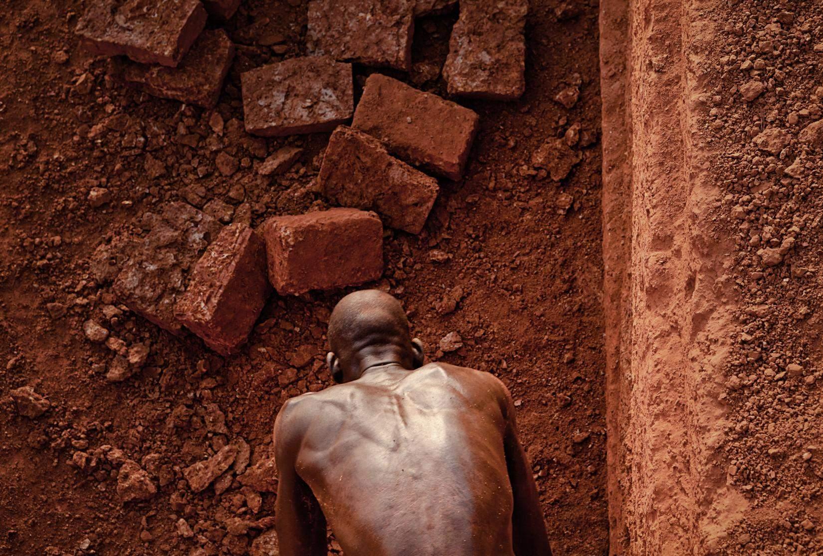 Как добывают кирпичи кирпичи, блоки, латерит, человек, впервые, Карабе, сплошной, окружающих, домов, строительные, используют, деревнях, близлежащих, продают, скалы, Латеритный, вырезают, работает, рабочие, лопаты